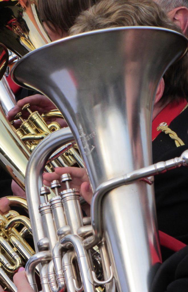 Musiciens militaires jouant de l'euphonium